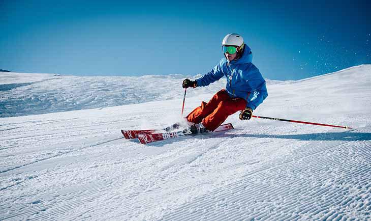 Spust skijaša na ski stazi