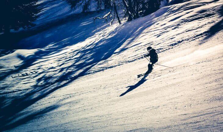Spust skijaša na skijaškoj stazi