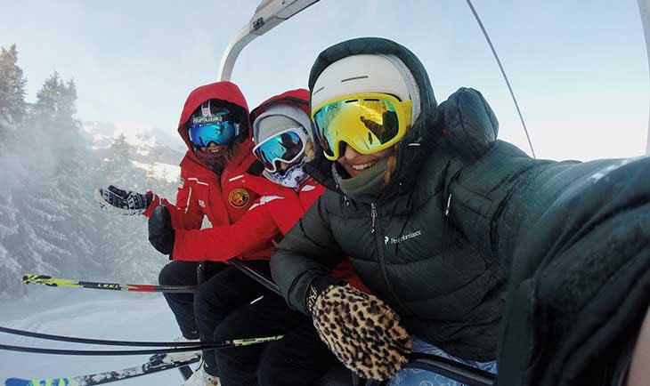 Tri skijaša pod opremom na stazi