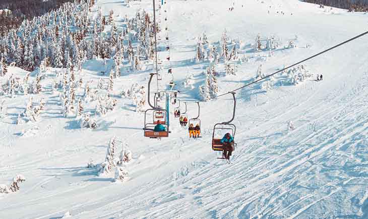 Prikaz žičare i pogled sa vrha na sneg i pejzaž