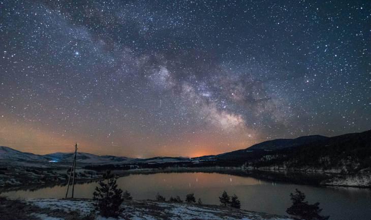 Zlatiborsko jezero noću sa zvezdanim nebom