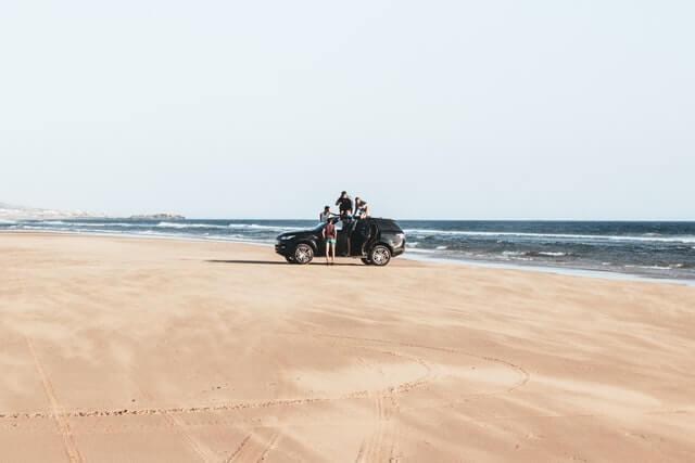Prikaz automobila na peščanoj plaži