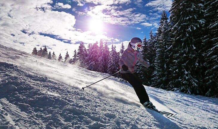 Čovek se spušta skijaškom stazom