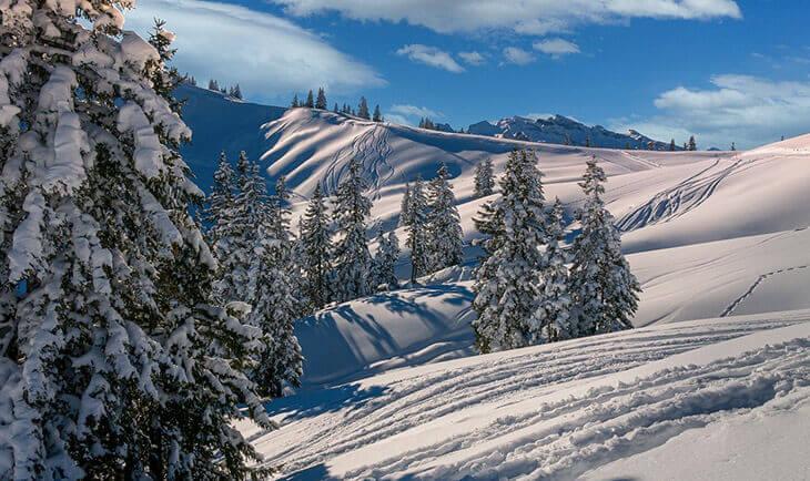 Prizor planinskog vrha obloženog snegom