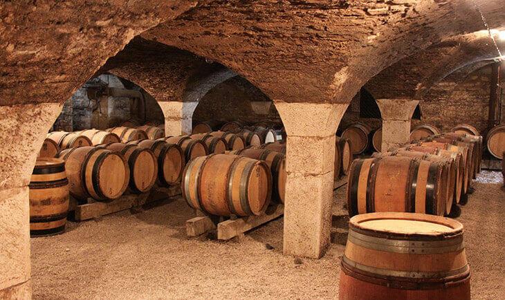 Vinska burad rasporedjena u vinskom podrumu