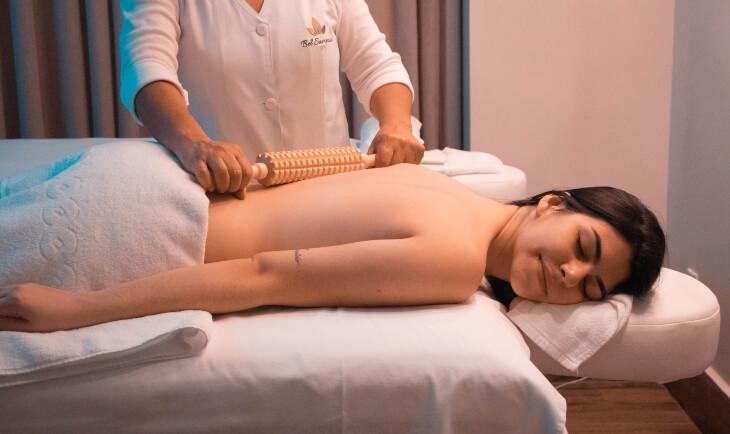 Prikaz žene na krevetu za masažu