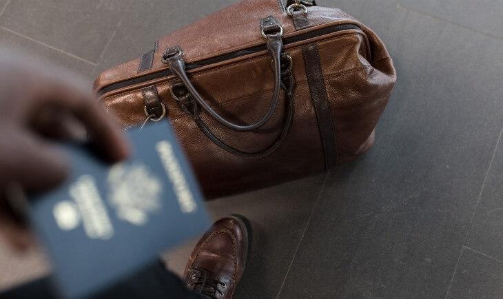 Kožna putna torba i pasoš