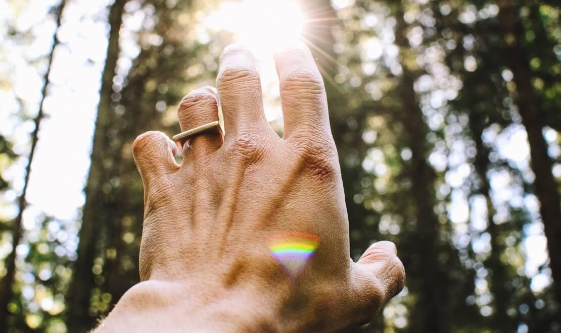 Prikaz ruke usmerene ka zracima Sunca
