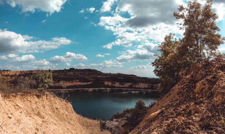 vidikovac sa planine na jezero i šumu u daljini