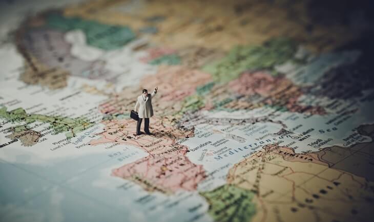 prikaz karte sveta i male figure čoveka