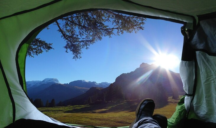 pogled iz kamp šatora na prirodu