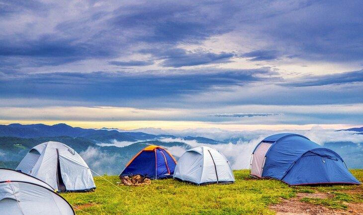 prikaz šatora za kampovanje na planini