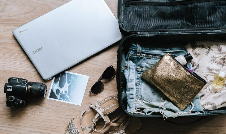 prikaz otvorenog putničkog kofera