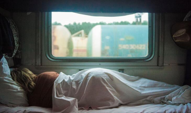 devojka spava u vozu